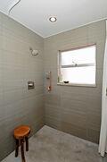 3/4 bath & built-in