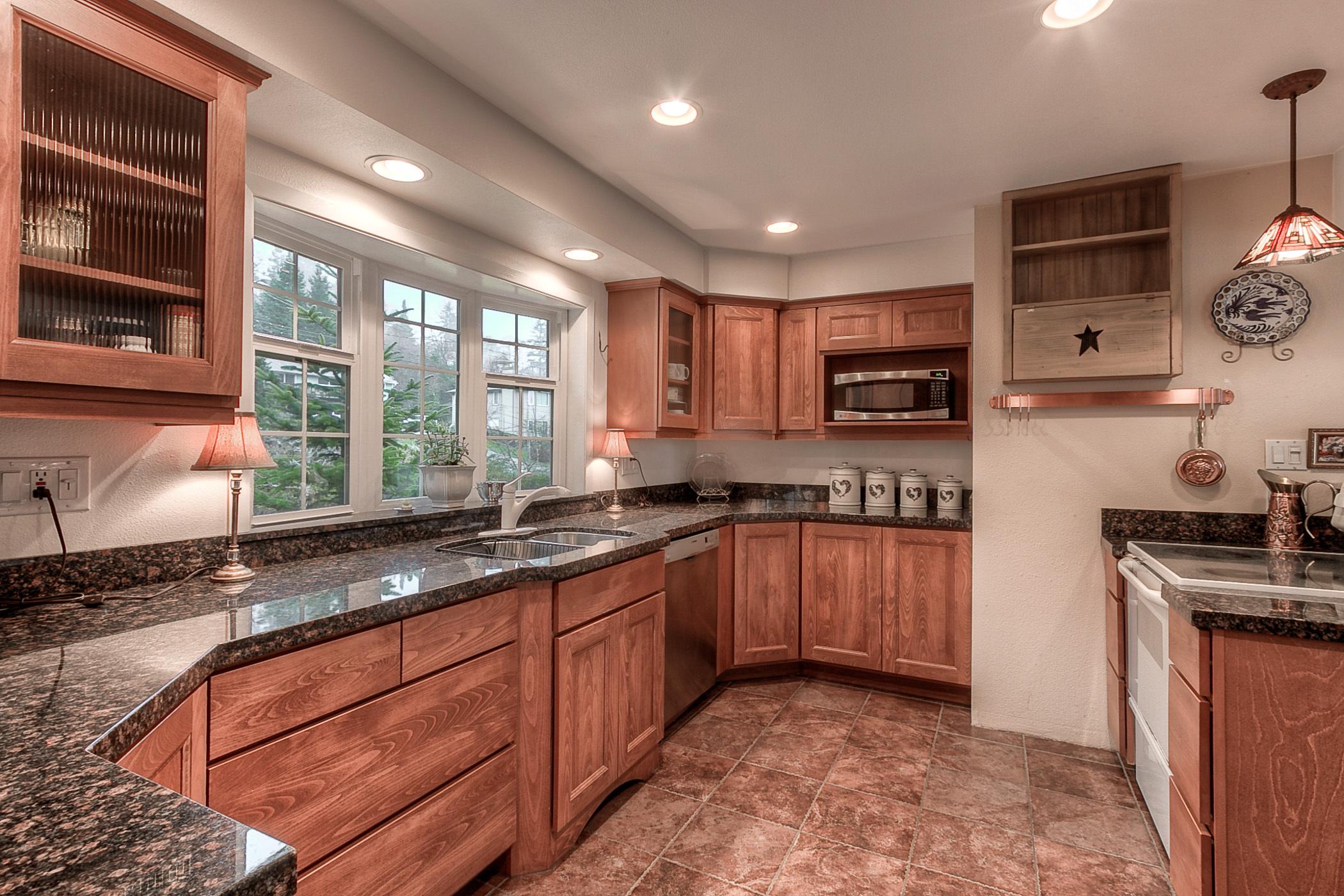 Kitchen & Dining (photo 3)